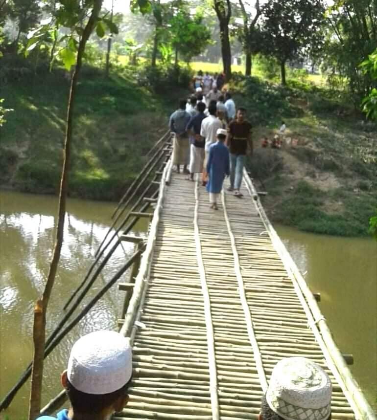 পশ্চিম আমিরাবাদে ঝুঁকি নিয়ে কাঠ- বাঁশের সাঁকোতে পারাপার, ব্রিজের দাবী স্হানীয়দের